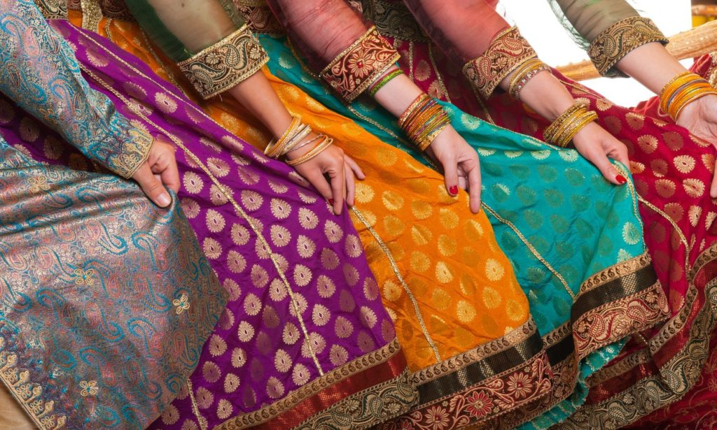 Bollywood tanečníci v tradičních oděvech | fyletto/123RF.com
