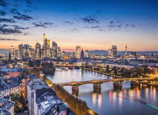 Noční panorama Frankfurtu nad Mohanem v Německu | sepavo/123RF.com