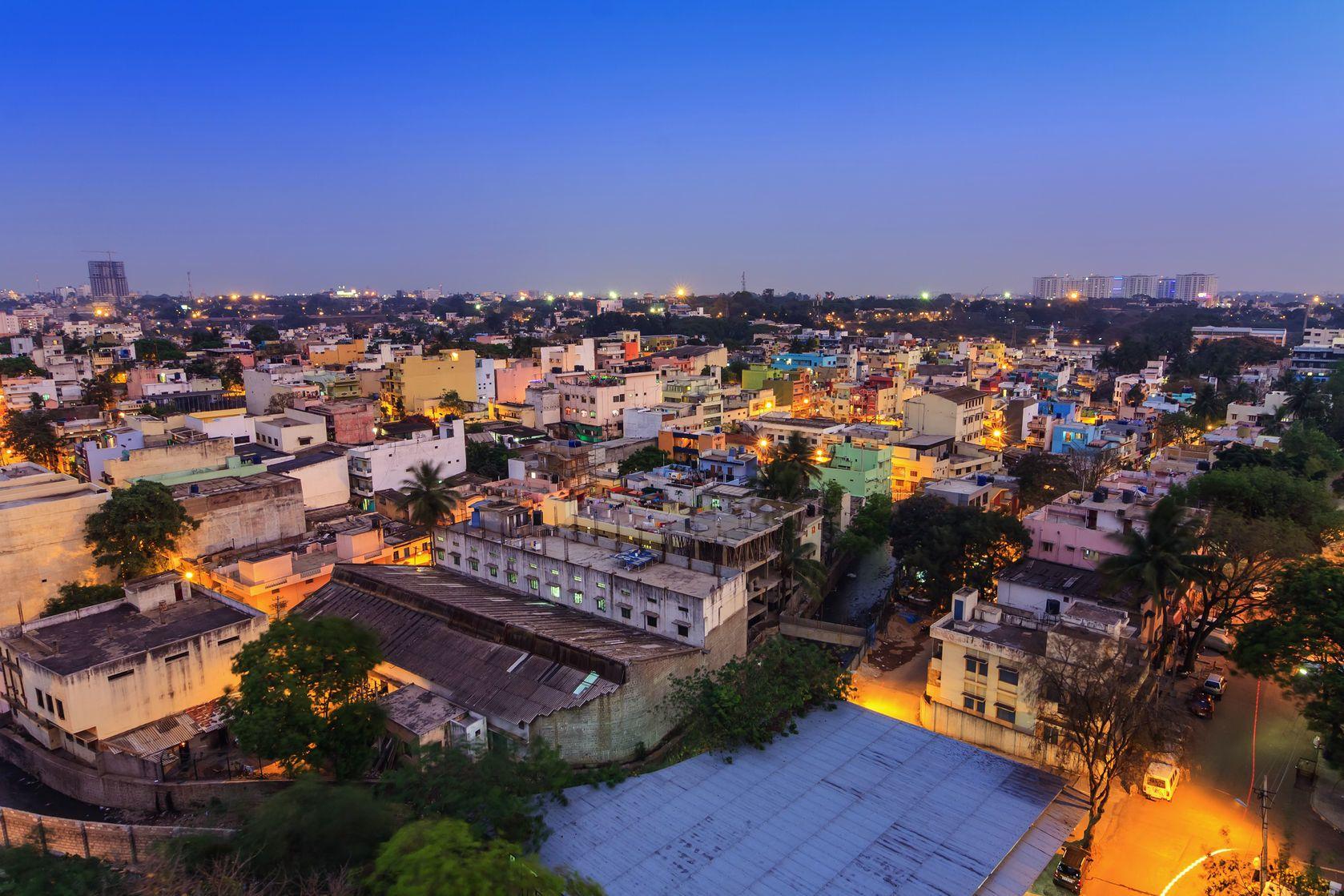 Panorama nočního Bengalúru v Indii | noppasinw/123RF.com