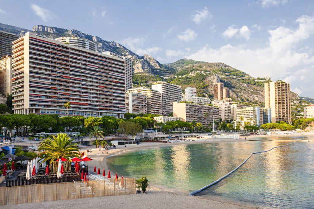 Pláž Larvotto v Monaku | Elenathewise/123RF.com