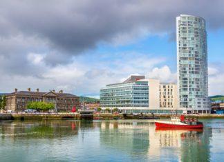 Pohled na Belfast u řeky Lagan | elec/123RF.com
