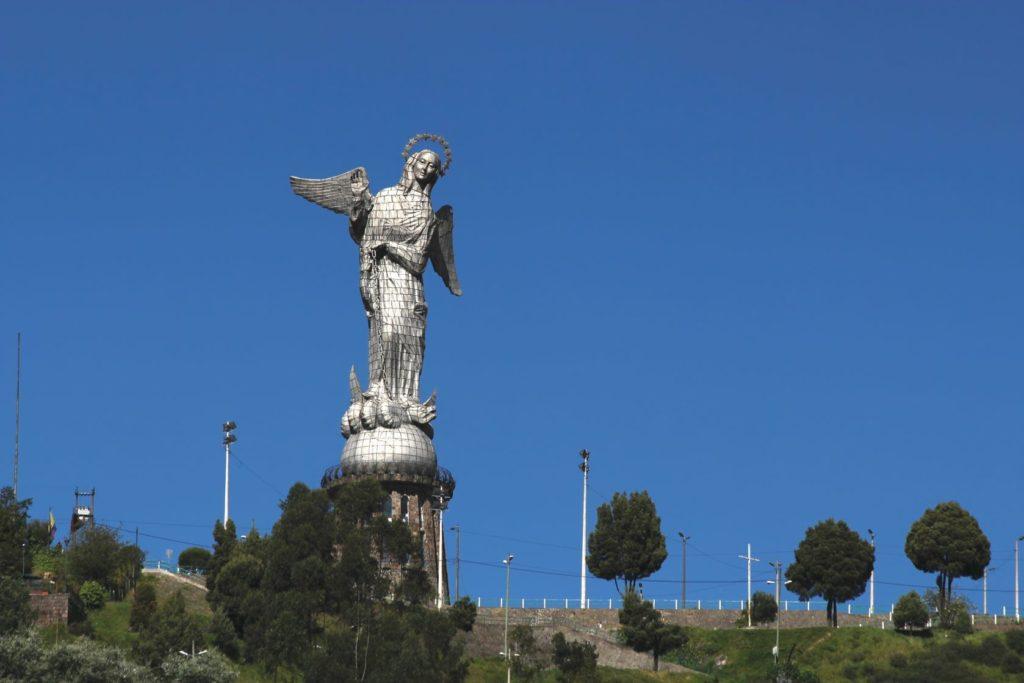 Pohled na sochu Virgen El Panecillo na vrcholu kopce El Panecillo | sgoodwin4813/123RF.com