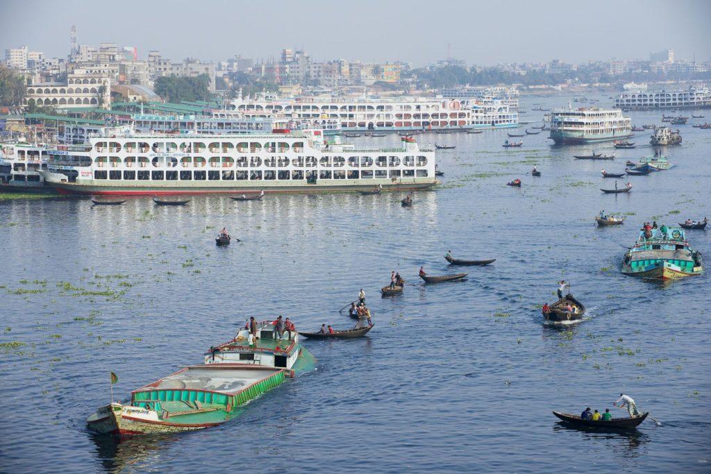 Řeka Buriganga v Dháce v Bangladéši | dchulov/123RF.com