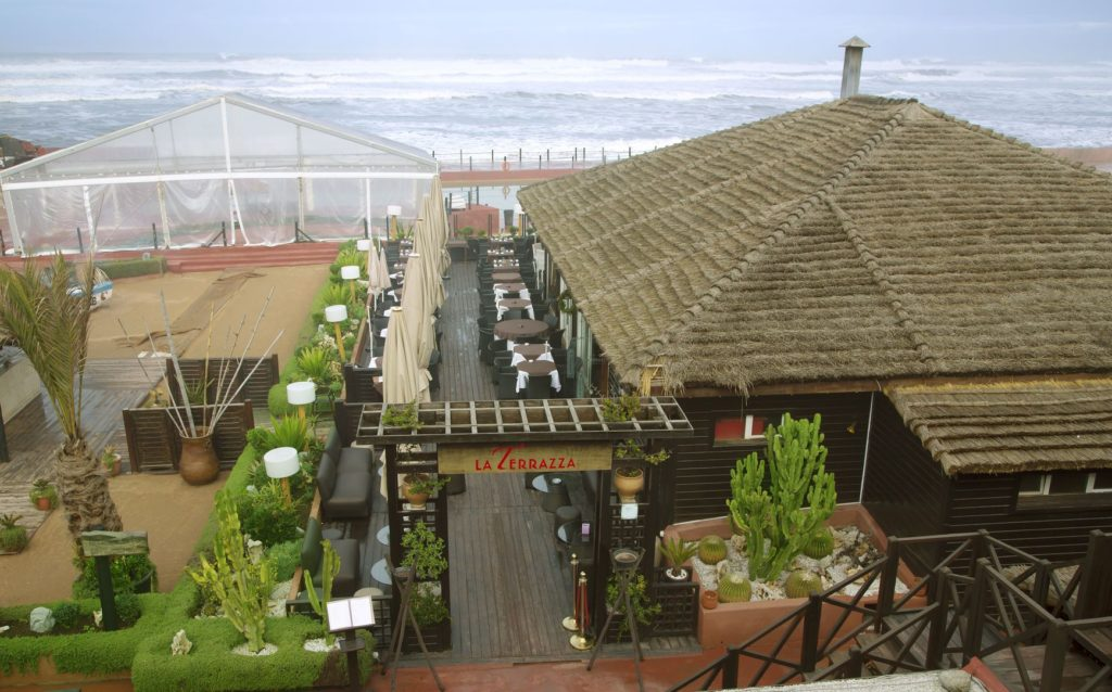 Restaurace na promenádě v Casablanca Corniche | ursula1964/123RF.com