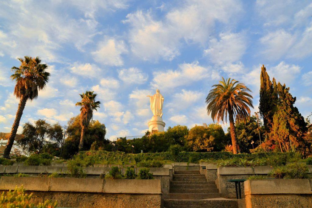 Socha Virgen de la Inmaculada Concepción na vrcholu Cerro San Cristóbal | flocu/123RF.com