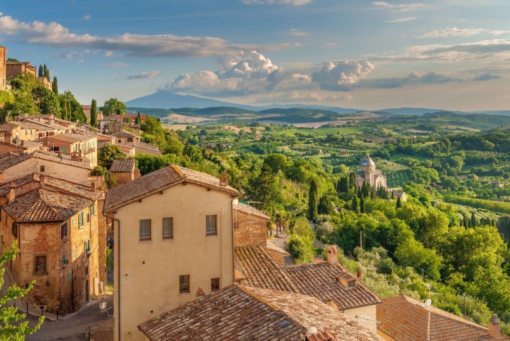 Toskánské město Montepulciano a okolní krajina s kostelem San Biagio   jaropienza/123RF.com