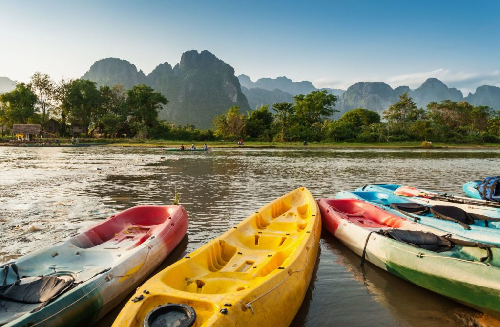 Jízda na kajaku po řece Song Nam ve Vang Vieng v Laosu | worldwidestock/123RF.com