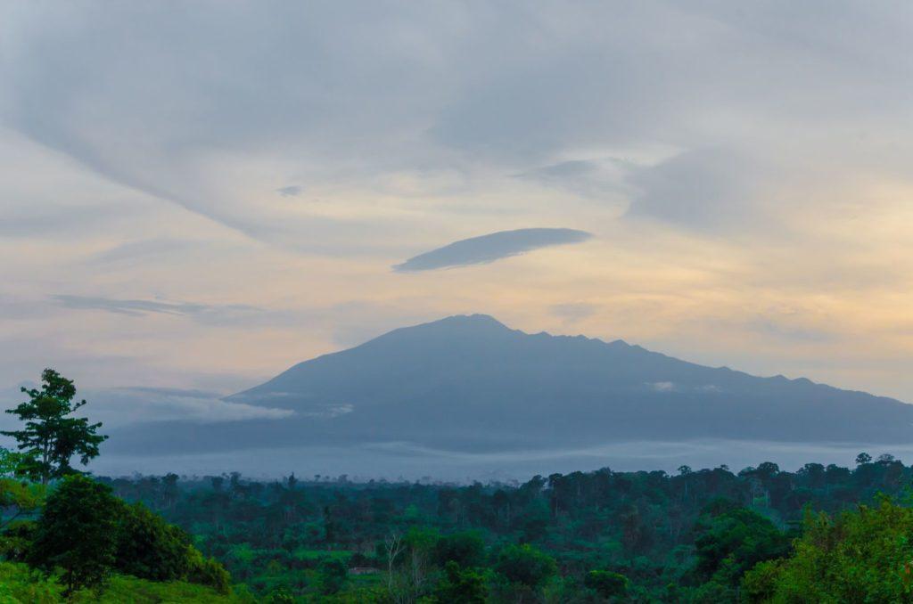 Kamerunská hora v oblačné obloze   wootan51/123RF.com