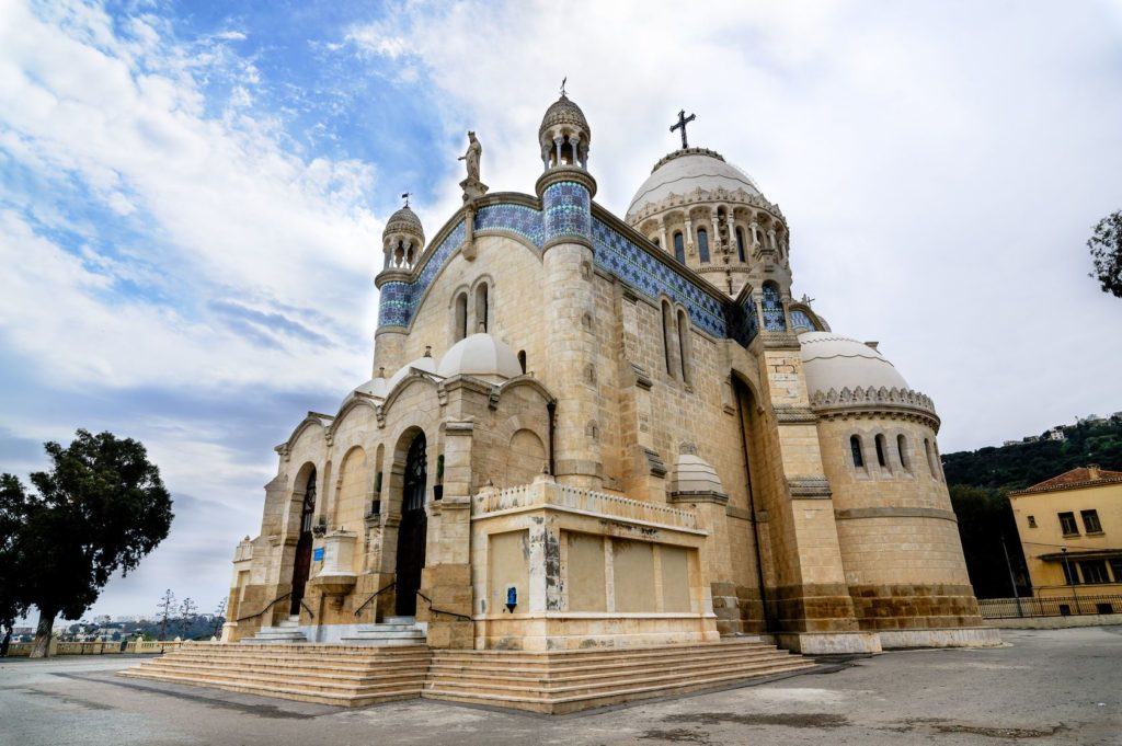 Katedrála Notre Dame d'Afrique v Alžírsku | oguzdkn/123RF.com