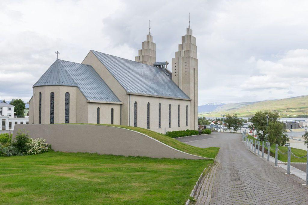 Kostel Akureyrarkirkja v islandském městě Akureyri | chbaum/123RF.com