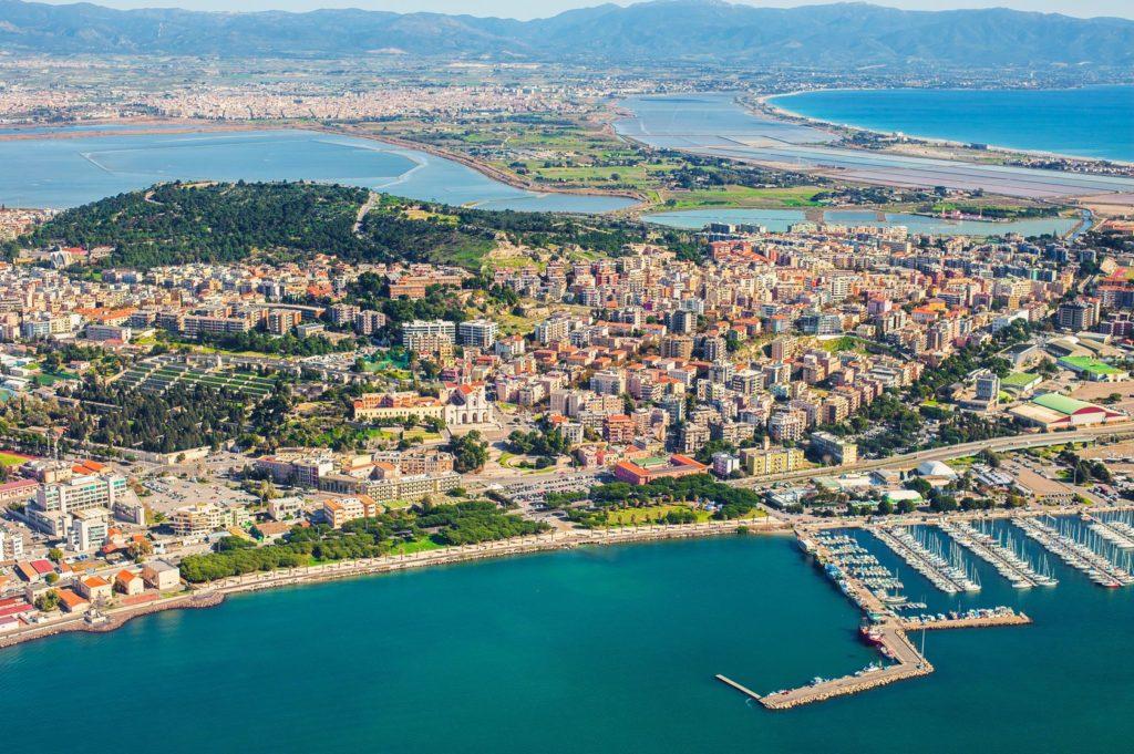 Letecký pohled na město Cagliari na Sardinii | stegarau/123RF.com