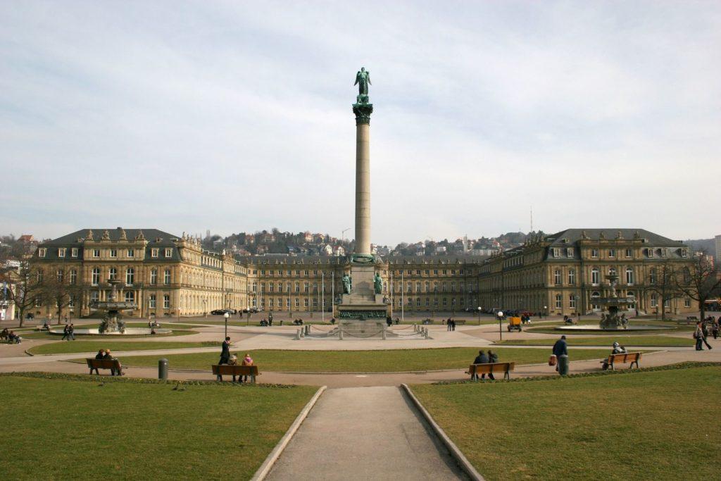 Náměstí Schlossplatz a zámek Neues Schloss ve Stuttgartu | anweber/123RF.com