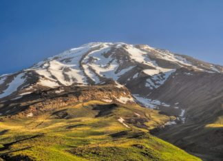 Nejvyšší vrchol v Íránu Damávand | michalknitl/123RF.com