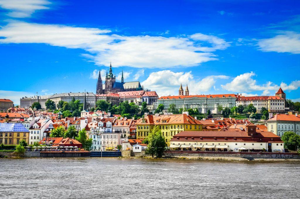 Pohled na barevné Staré město a Pražský hrad | martinm303/123RF.com