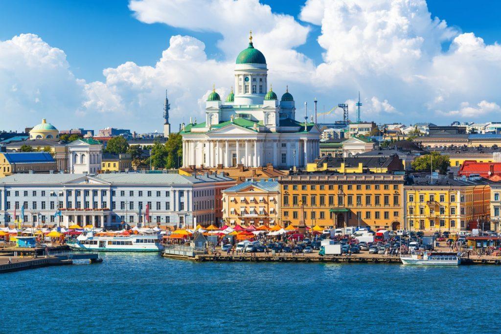 Pohled na katedrálu Tuomiokirkko a pobřeží Helsinek | scanrail/123RF.com