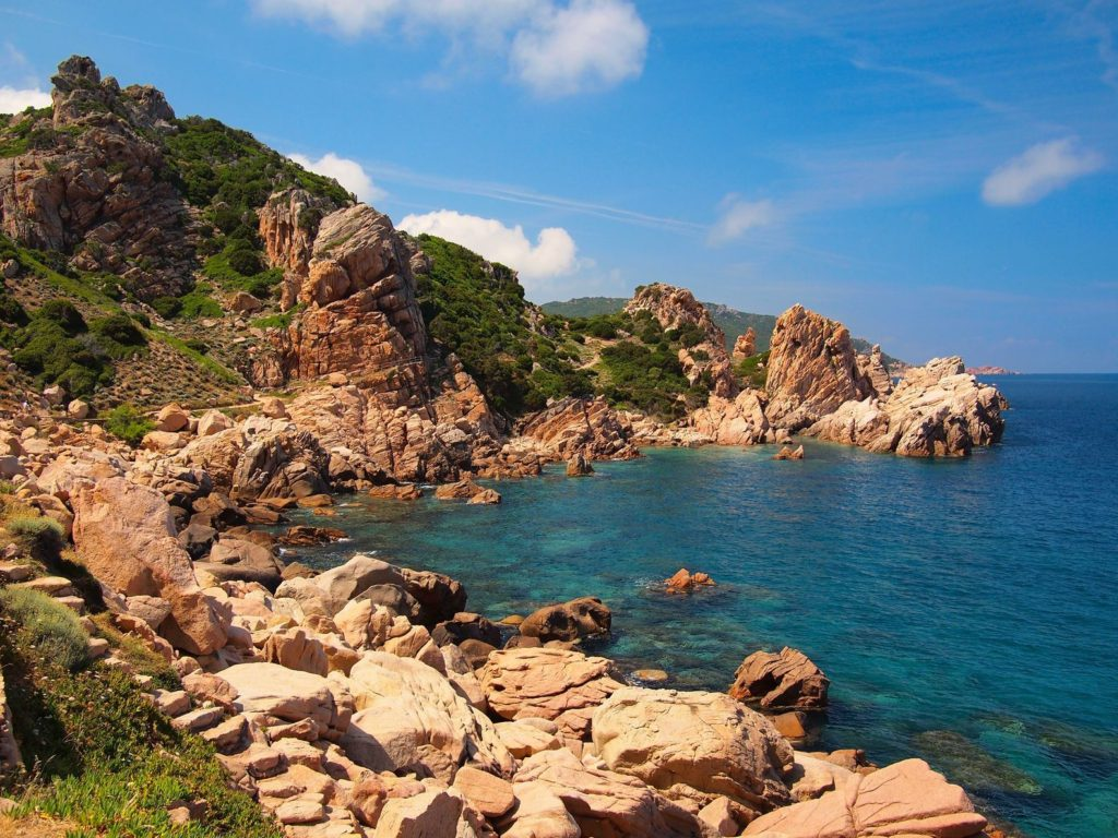 Skalnaté pobřeží v okolí Arbatax na pobřeží Sardinie | pljvv/123RF.com
