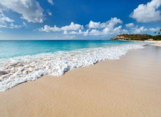 Tropická pláž na souostroví Antiguy a Barbudy | shalamavov/123RF.com
