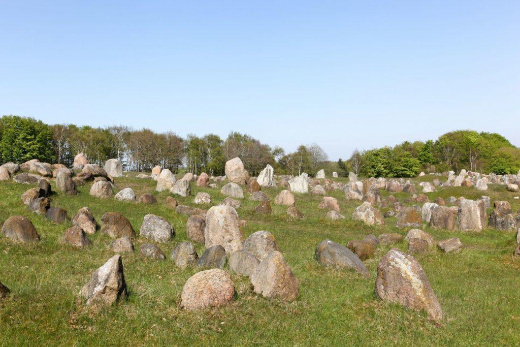 Vikingské pohřebiště Lindholm Hoje v Dánsku | ricochet64/123RF.com