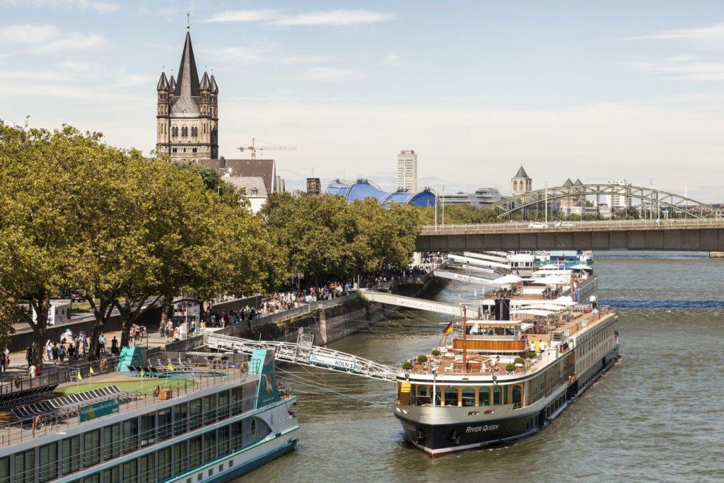 Výletní lodě na břehu řeky Rýna | philipus/123RF.com