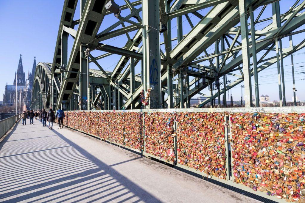 Zámky lásky na pěší zóně přes most Hohenzollernů v Kolíně nad Rýnem | bwylezich/123RF.com