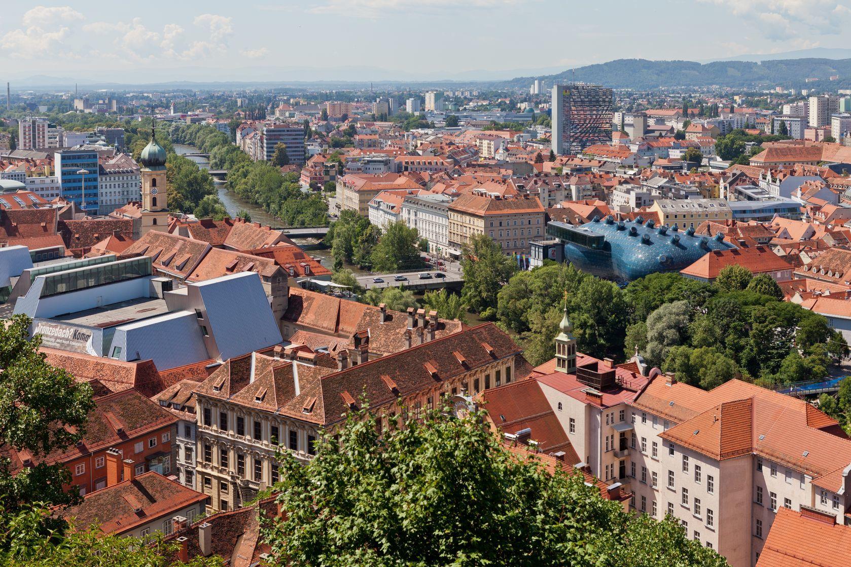 Letecký pohled na centrum města Graz | deymos/123RF.com
