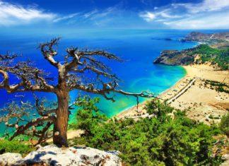 Pohled na pobřeží řeckého ostrova Rhodos   freeartist/123RF.com