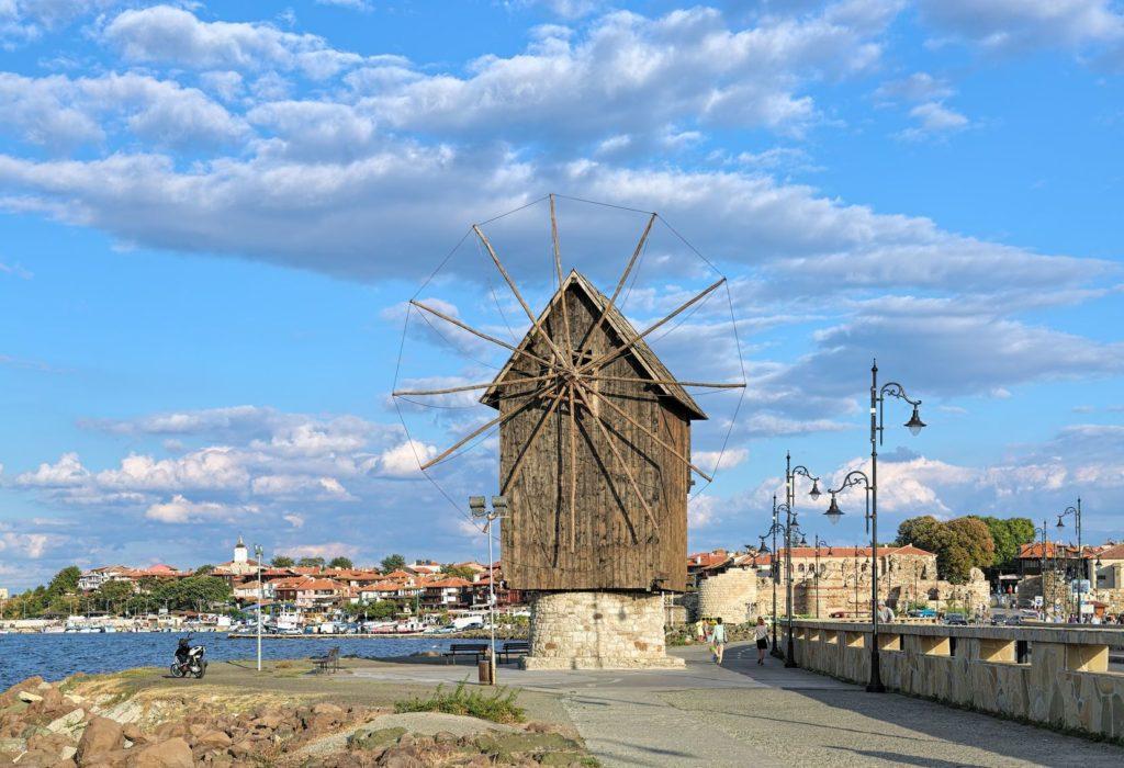 Starý větrný mlýn v Nesebaru | klug/123RF.com