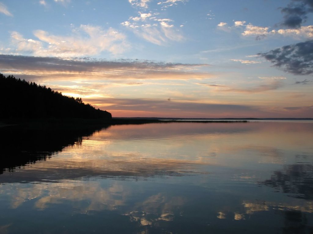 Západ slunce nad jezerem Narač v Bělorusku | happyalex/123RF.com