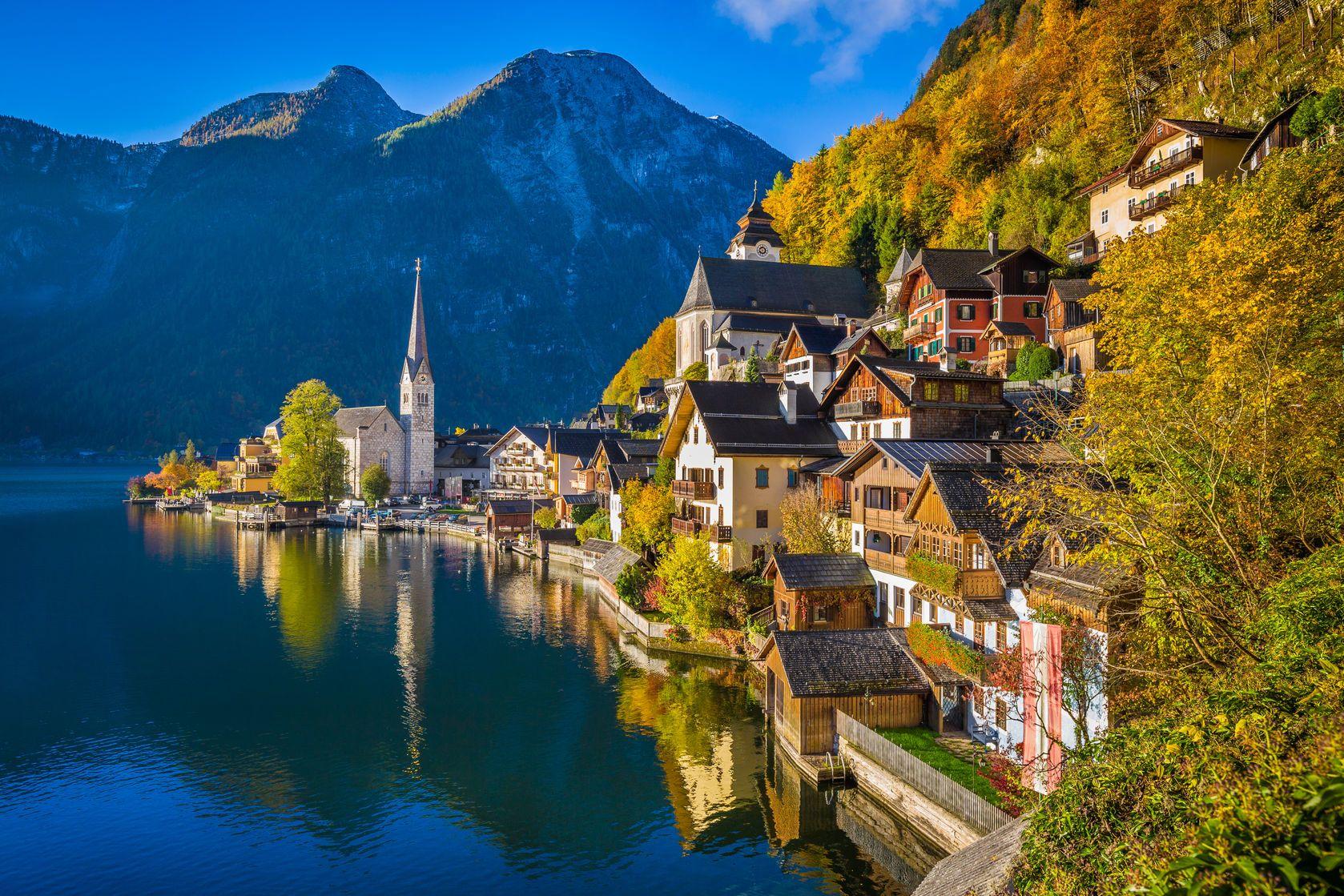 Rakouské město Hallstatt během podzimu | jakobradlgruber/123RF.com